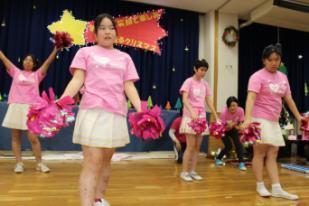チアダンスサークルのダンスを披露している写真