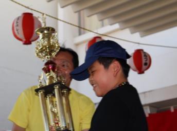 大声・主張選手権でジュニア部門の優勝トロフィーを受け取っている写真