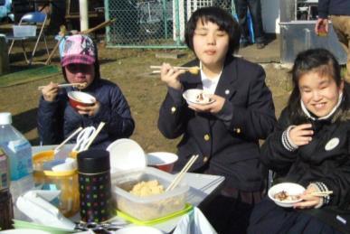 餅を食べている写真
