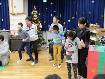 小学部の出し物の歌に合わせダンスしている写真