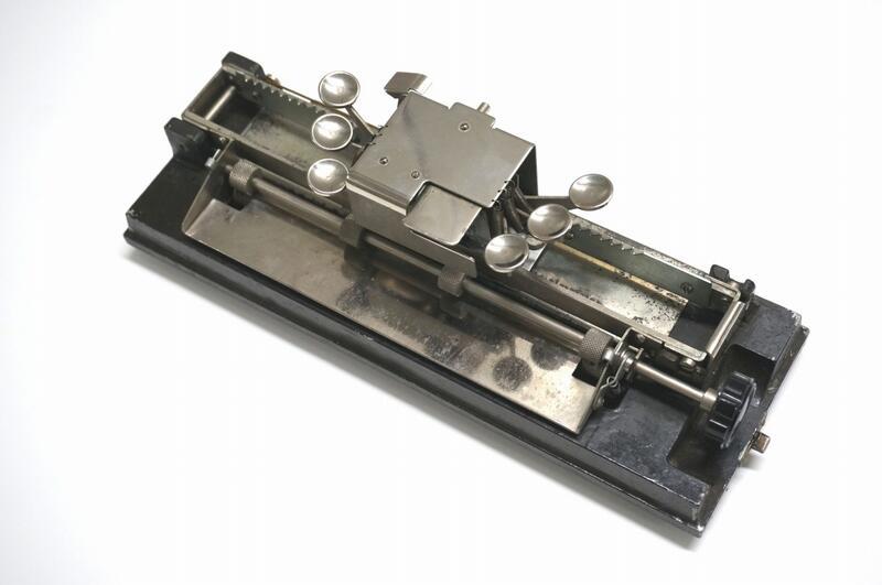 カニタイプの点字タイプライター